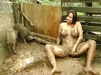 Natural breasted kinky MILF fucking herself with an object while covered in mud